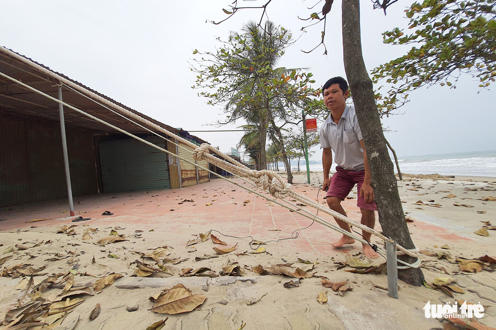 Hối hả tạo hào tránh sóng chống bão số 7 trên biển Cửa Lò - Ảnh 6.