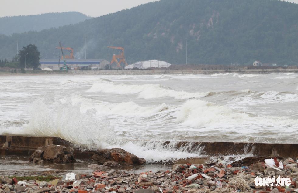 Hối hả tạo hào tránh sóng chống bão số 7 trên biển Cửa Lò - Ảnh 12.