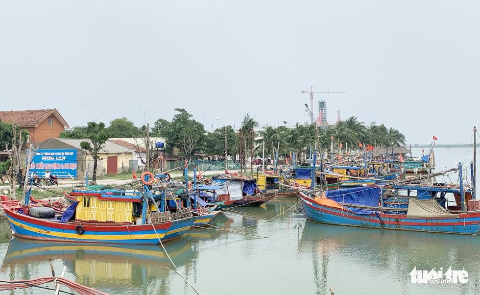 Nghệ An cấm tàu thuyền ra khơi từ chiều 13-10 do bão số 7 - Ảnh 1.