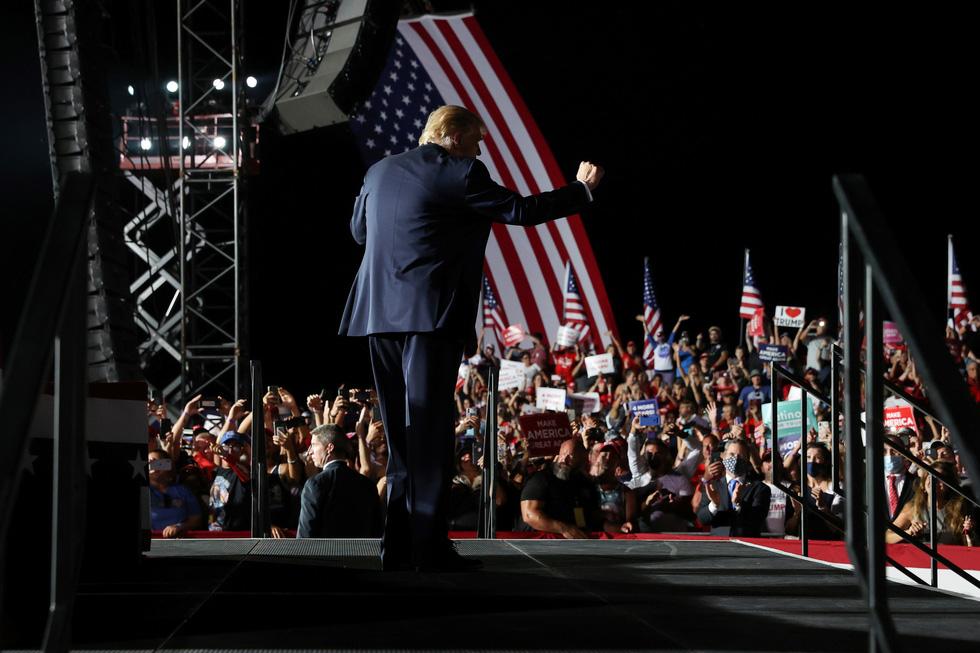 Ông Trump nhảy múa, ném khẩu trang, đòi hôn người ủng hộ khi vận động bầu cử ở Florida - Ảnh 3.