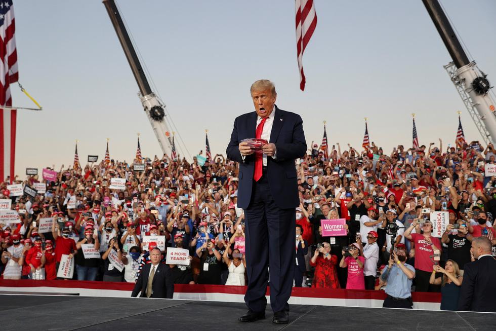 Ông Trump nhảy múa, ném khẩu trang, đòi hôn người ủng hộ khi vận động bầu cử ở Florida - Ảnh 2.