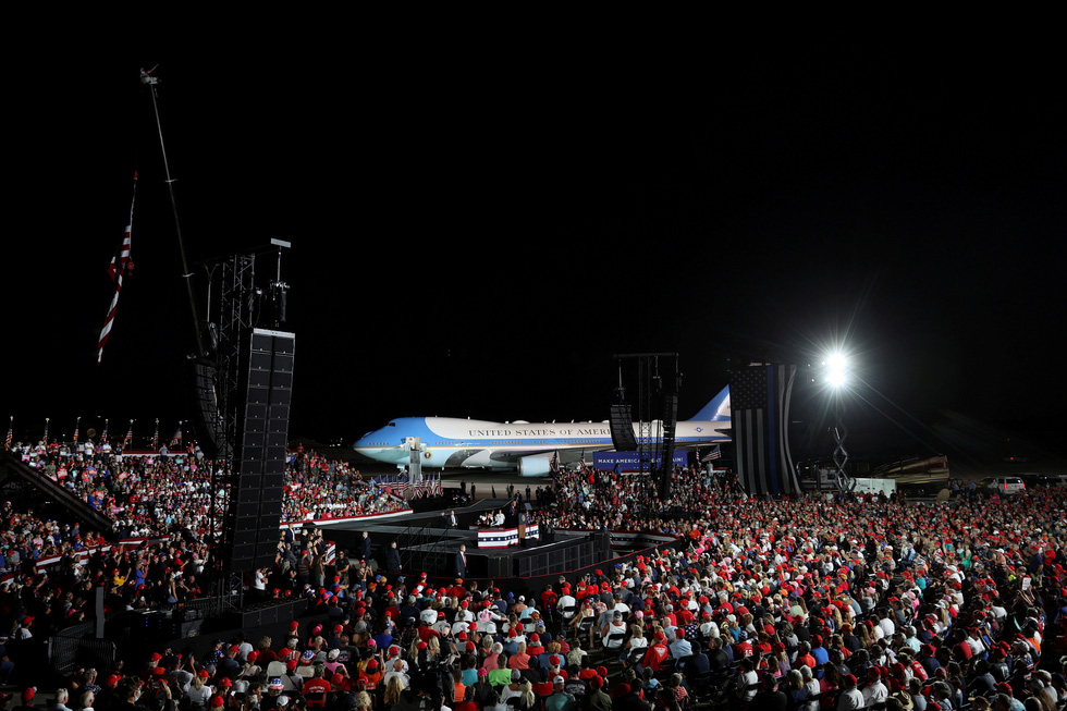 Ông Trump nhảy múa, ném khẩu trang, đòi hôn người ủng hộ khi vận động bầu cử ở Florida - Ảnh 5.