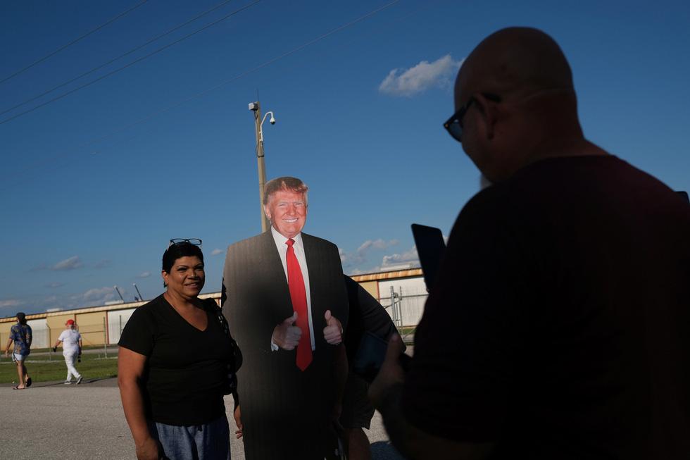 Ông Trump nhảy múa, ném khẩu trang, đòi hôn người ủng hộ khi vận động bầu cử ở Florida - Ảnh 9.