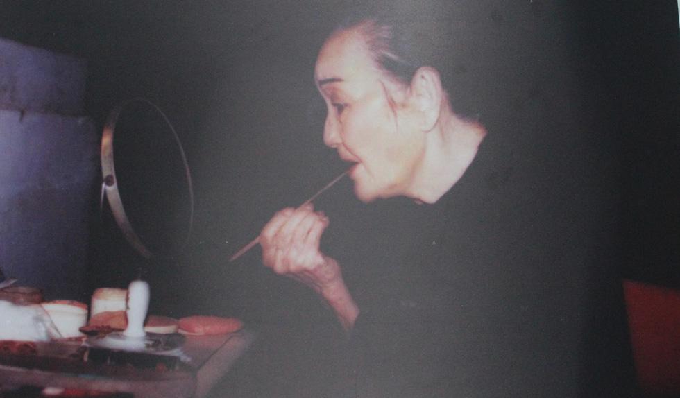 Trưng bày 100 bức ảnh về má Bảy Nam - Người mẹ trên sân khấu kịch nói Nam bộ - Ảnh 1.