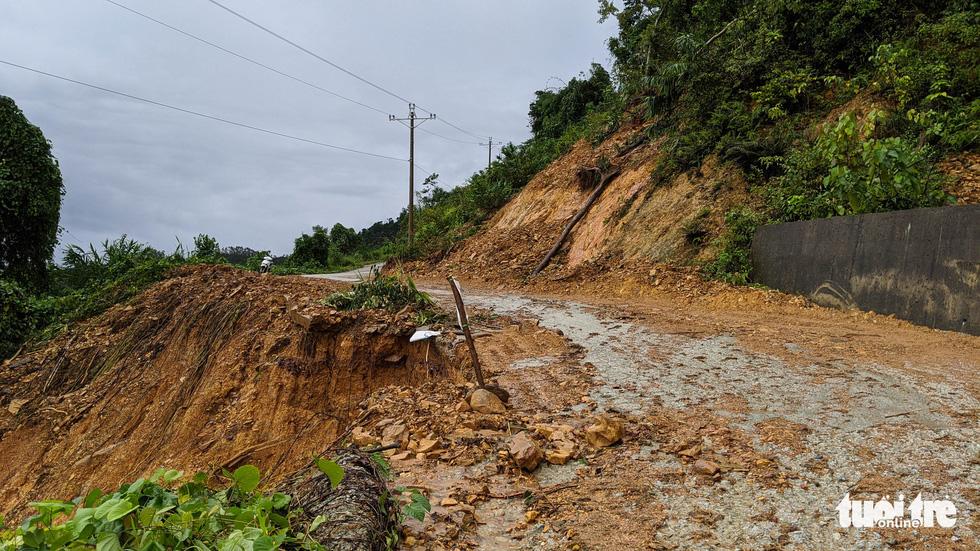 Hàng chục điểm sạt lở nguy hiểm trên đường vào thủy điện Rào Trăng 3 - Ảnh 4.