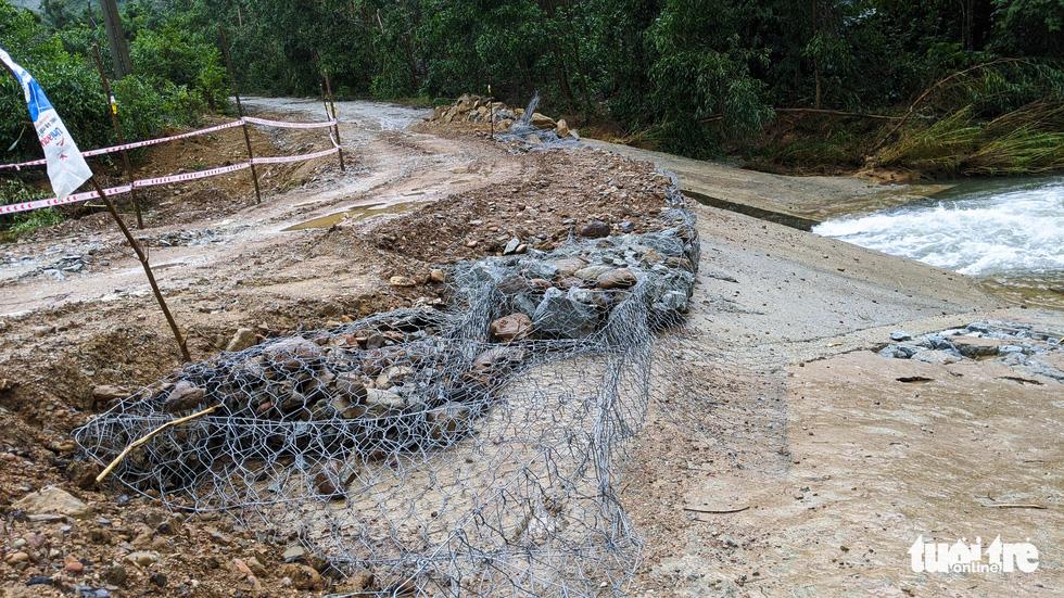 Hàng chục điểm sạt lở nguy hiểm trên đường vào thủy điện Rào Trăng 3 - Ảnh 5.