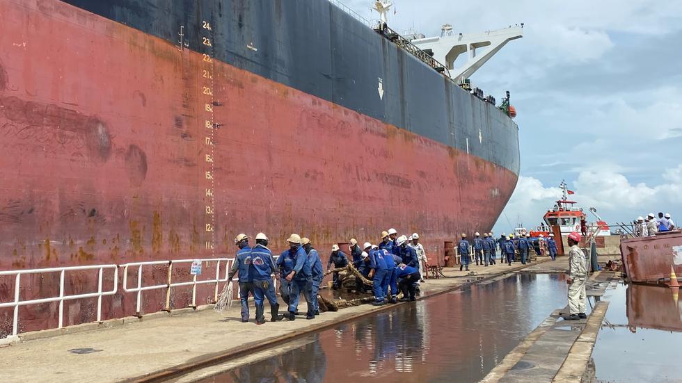 Cận cảnh lai dắt tàu khủng to hơn tàu sân bay vào bờ ở Dung Quất - Ảnh 8.