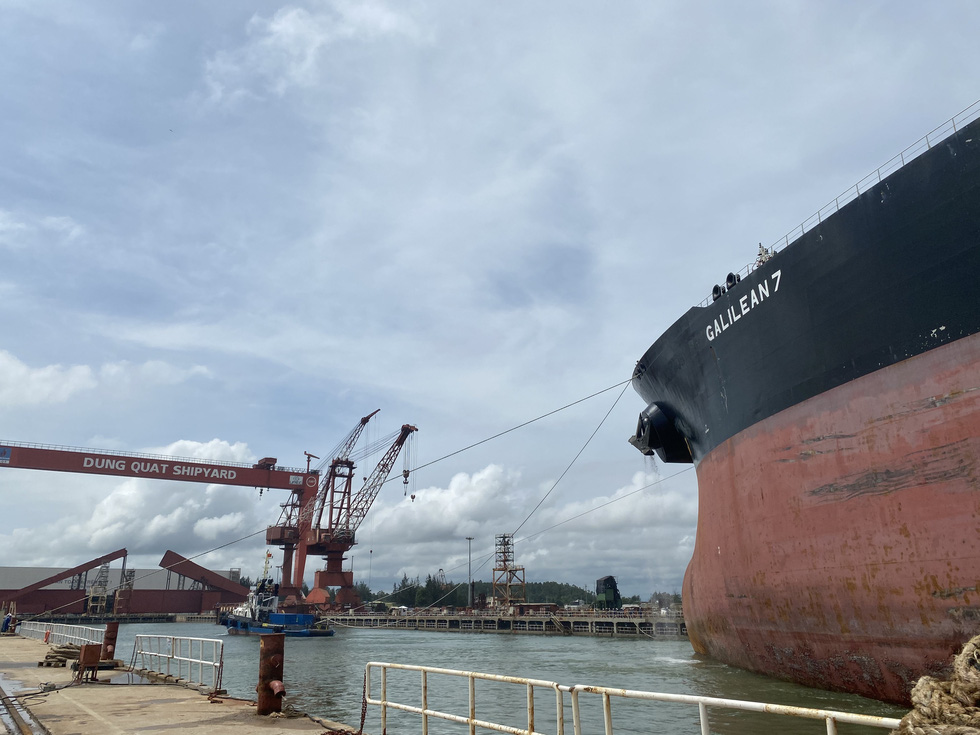 Cận cảnh lai dắt tàu khủng to hơn tàu sân bay vào bờ ở Dung Quất - Ảnh 6.