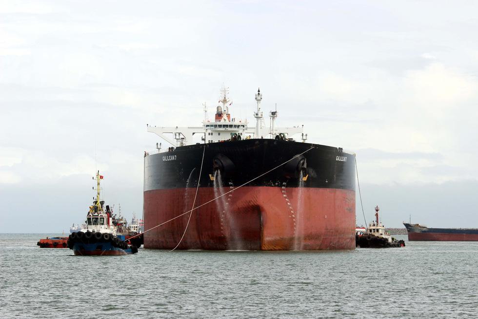 Cận cảnh lai dắt tàu khủng to hơn tàu sân bay vào bờ ở Dung Quất - Ảnh 2.