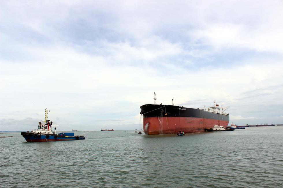 Cận cảnh lai dắt tàu khủng to hơn tàu sân bay vào bờ ở Dung Quất - Ảnh 4.