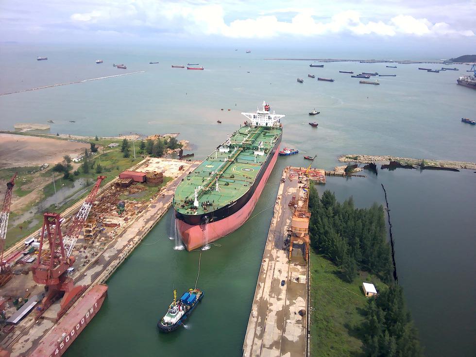 Cận cảnh lai dắt tàu khủng to hơn tàu sân bay vào bờ ở Dung Quất - Ảnh 1.