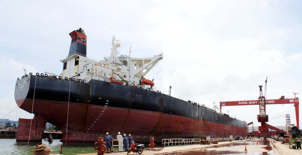 Cận cảnh lai dắt tàu khủng to hơn tàu sân bay vào bờ ở Dung Quất - Ảnh 13.
