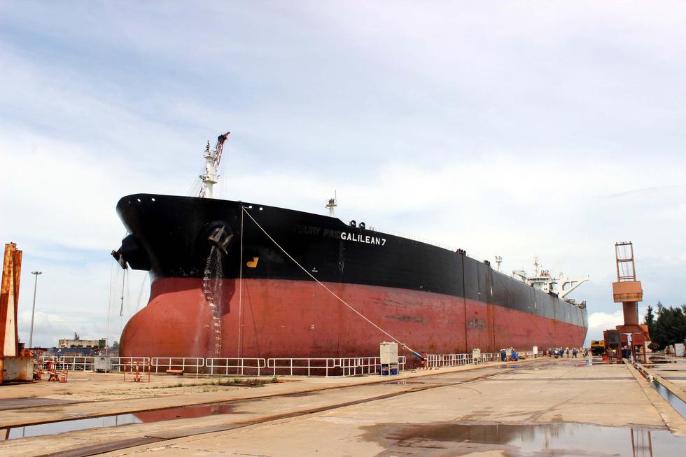 Cận cảnh lai dắt tàu khủng to hơn tàu sân bay vào bờ ở Dung Quất - Ảnh 14.
