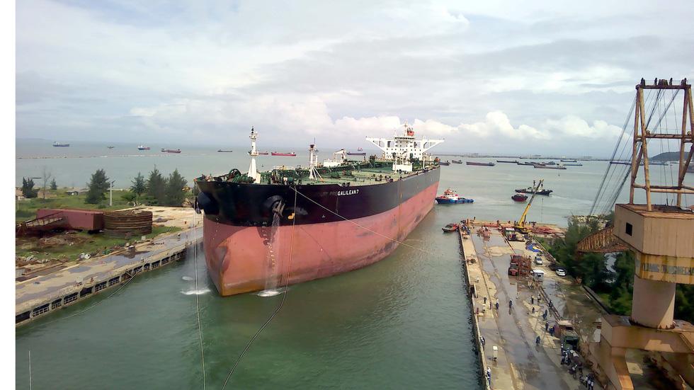 Cận cảnh lai dắt tàu khủng to hơn tàu sân bay vào bờ ở Dung Quất - Ảnh 7.