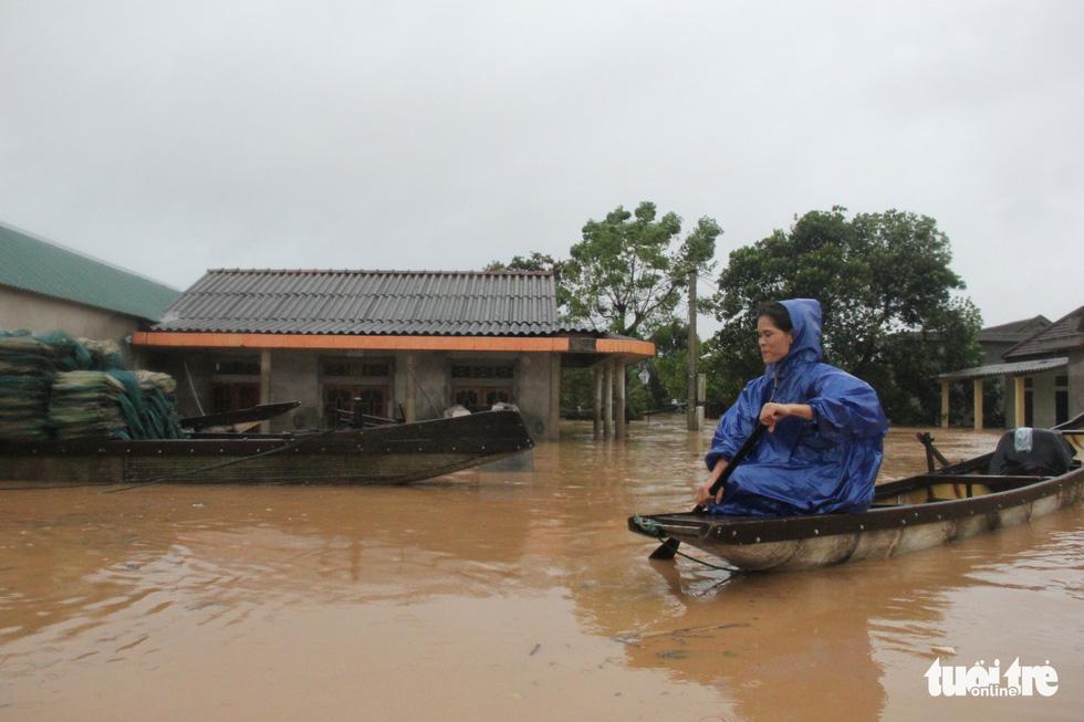Rốn lụt Tân Đức vẫn ngập suốt 10 ngày qua - Ảnh 9.