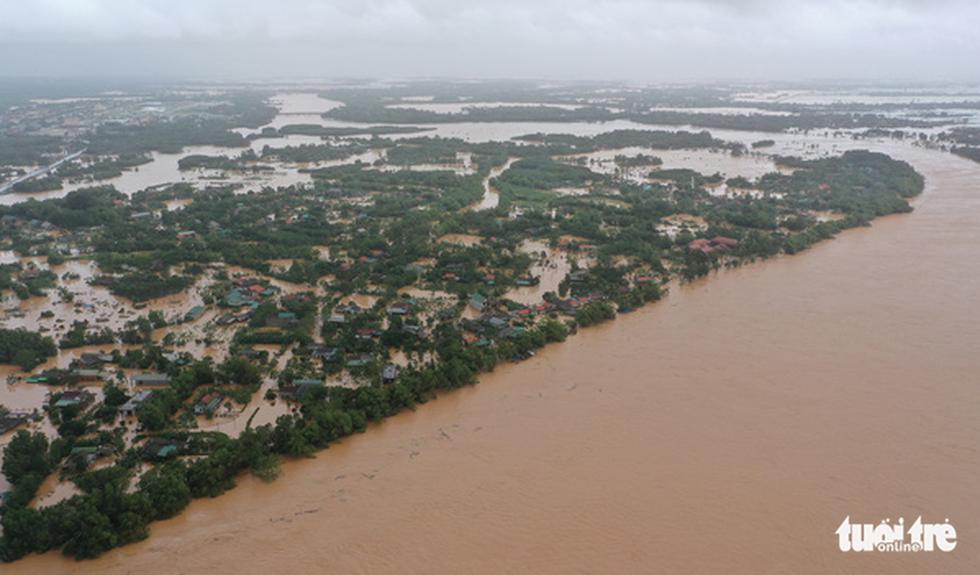 Rốn lụt Tân Đức vẫn ngập suốt 10 ngày qua - Ảnh 10.