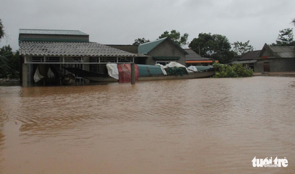 Rốn lụt Tân Đức vẫn ngập suốt 10 ngày qua - Ảnh 3.
