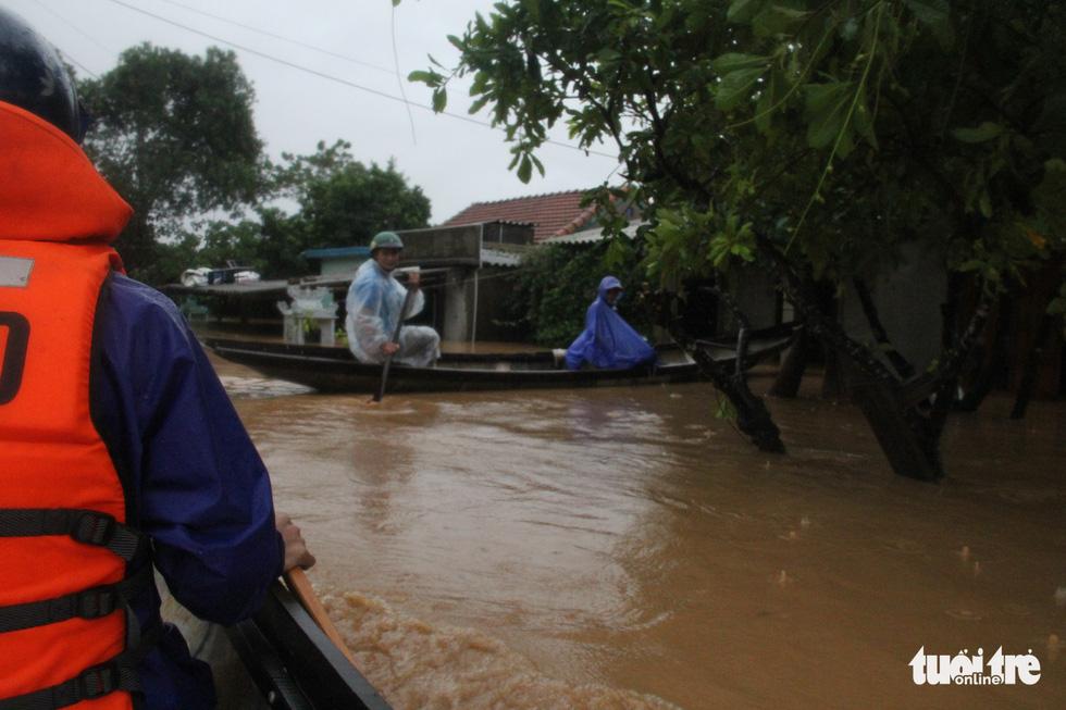 Rốn lụt Tân Đức vẫn ngập suốt 10 ngày qua - Ảnh 4.