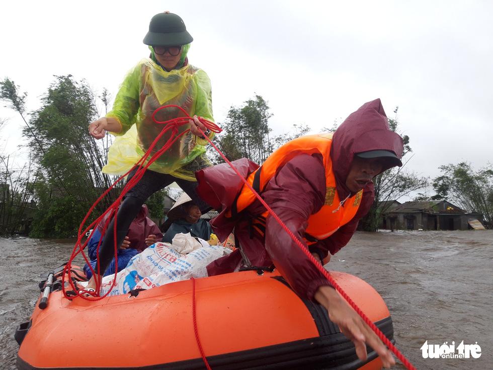 Theo chân đội xuồng hơi giải cứu gần 100 người mắc kẹt trong lũ - Ảnh 9.
