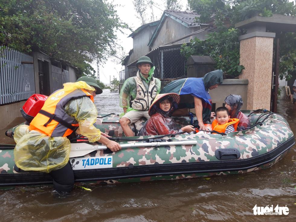 Theo chân đội xuồng hơi giải cứu gần 100 người mắc kẹt trong lũ - Ảnh 12.