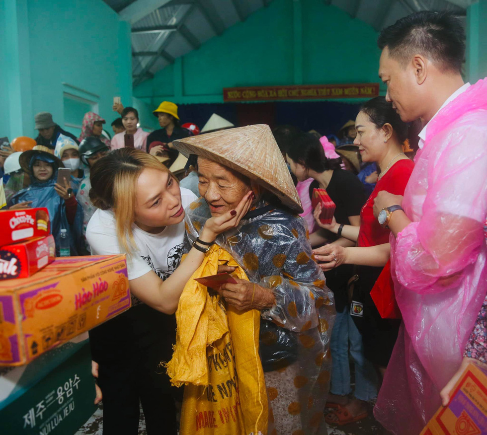 Thuy Tien continued to wade in relief, My Tam overcame heavy rain to give gifts - Photo 7.
