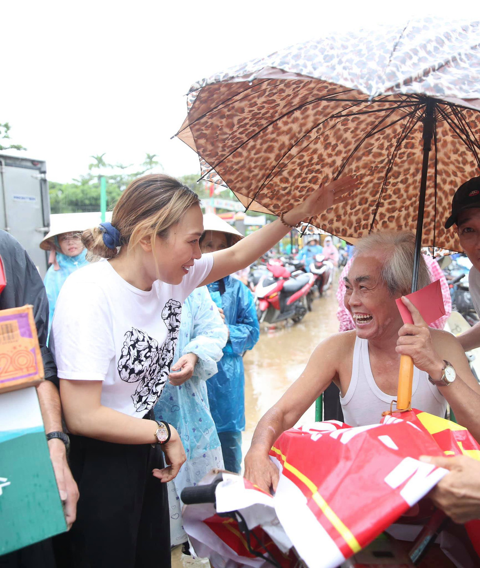 Thuy Tien continued to wade in relief, My Tam overcame heavy rain to give gifts - Photo 10.