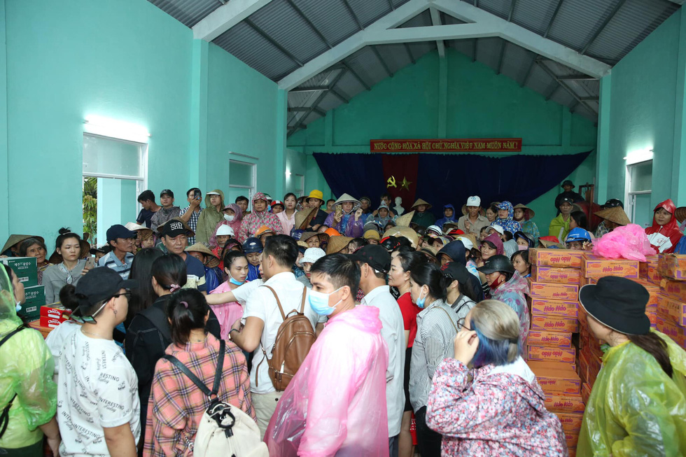 Thuy Tien continued to wade in relief, My Tam overcame heavy rain to give gifts - Photo 8.