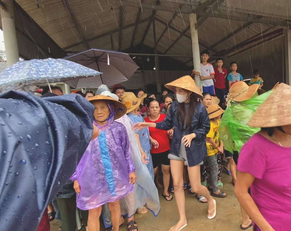 Thuy Tien continued to wade in relief, My Tam overcame heavy rain to give gifts - Photo 4.