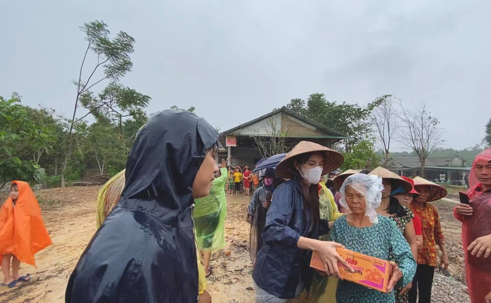 Thuy Tien continued to wade in relief, My Tam overcame heavy rain to give gifts - Photo 3.