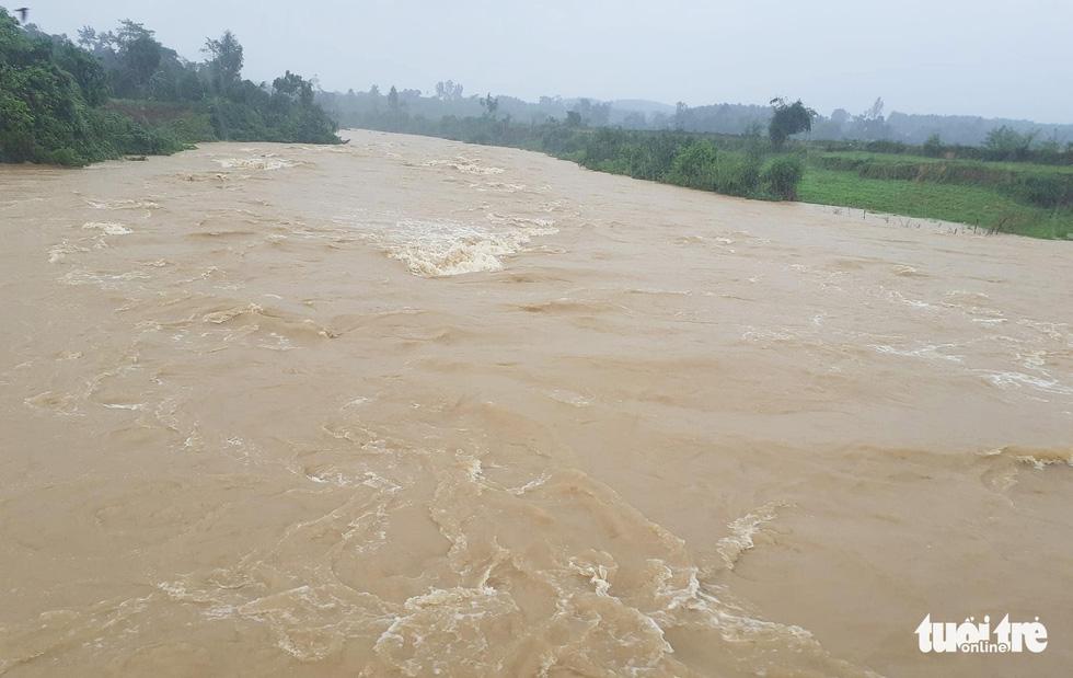 Hồ thủy lợi, thủy điện đồng loạt xả tràn, dân Hà Tĩnh chạy lụt - Ảnh 4.