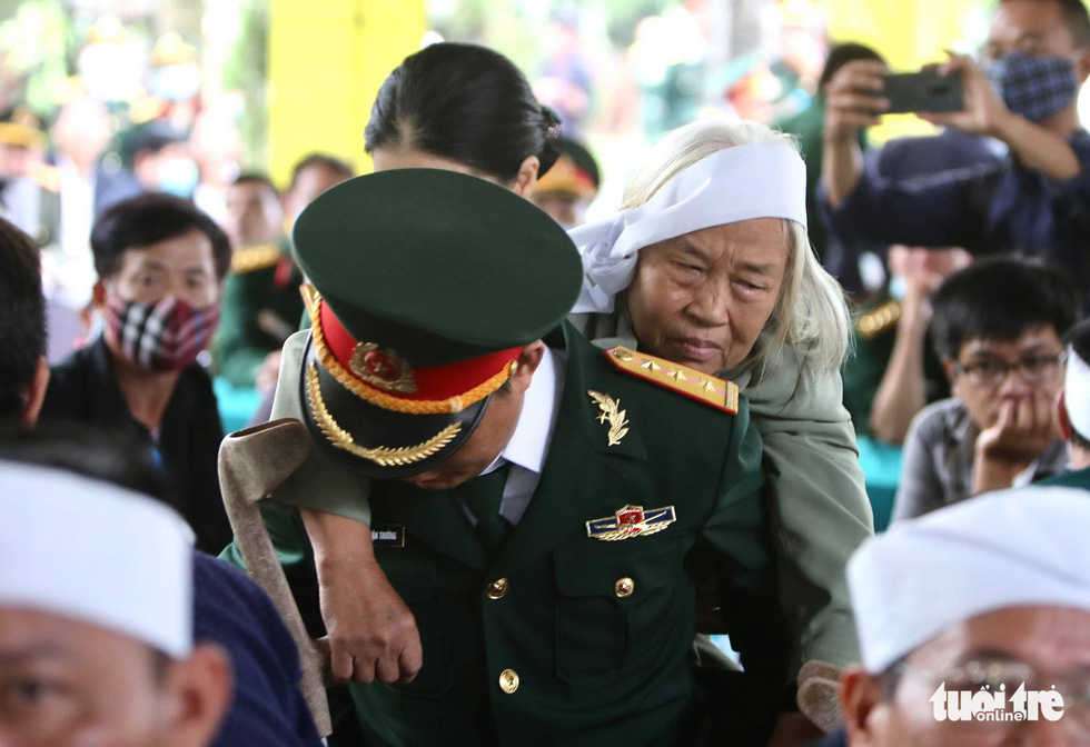 Hàng ngàn người dự lễ viếng và truy điệu 13 chiến sĩ, cán bộ gặp nạn - Ảnh 18.