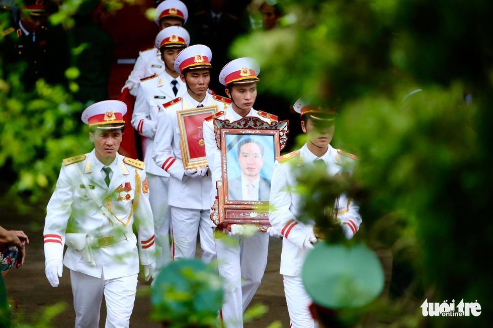 Hàng ngàn người vĩnh biệt, đưa linh cữu 13 chiến sĩ, cán bộ về quê nhà - Ảnh 10.
