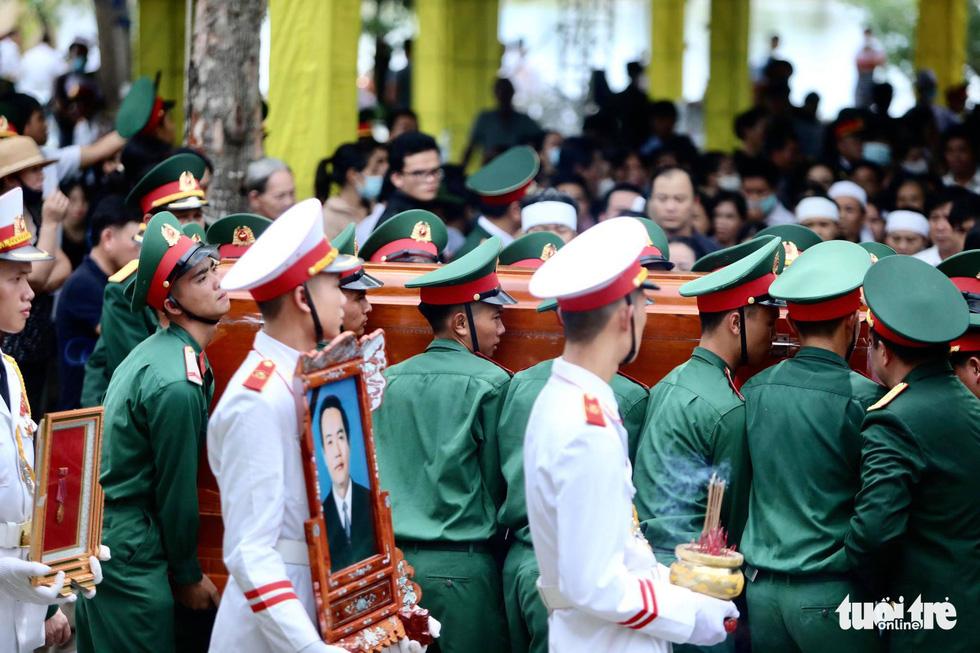 Hàng ngàn người vĩnh biệt, đưa linh cữu 13 chiến sĩ, cán bộ về quê nhà - Ảnh 9.