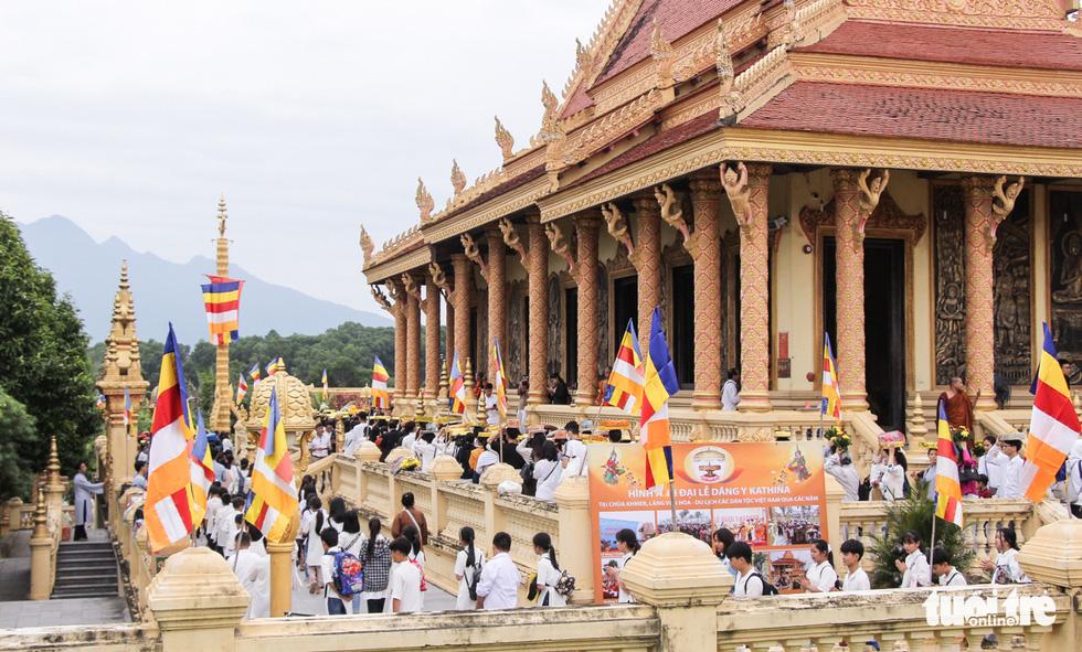 Độc đáo lễ cầu mưa và lễ dâng y Kathina tại làng Văn hóa - Du lịch các dân tộc Việt Nam - Ảnh 4.