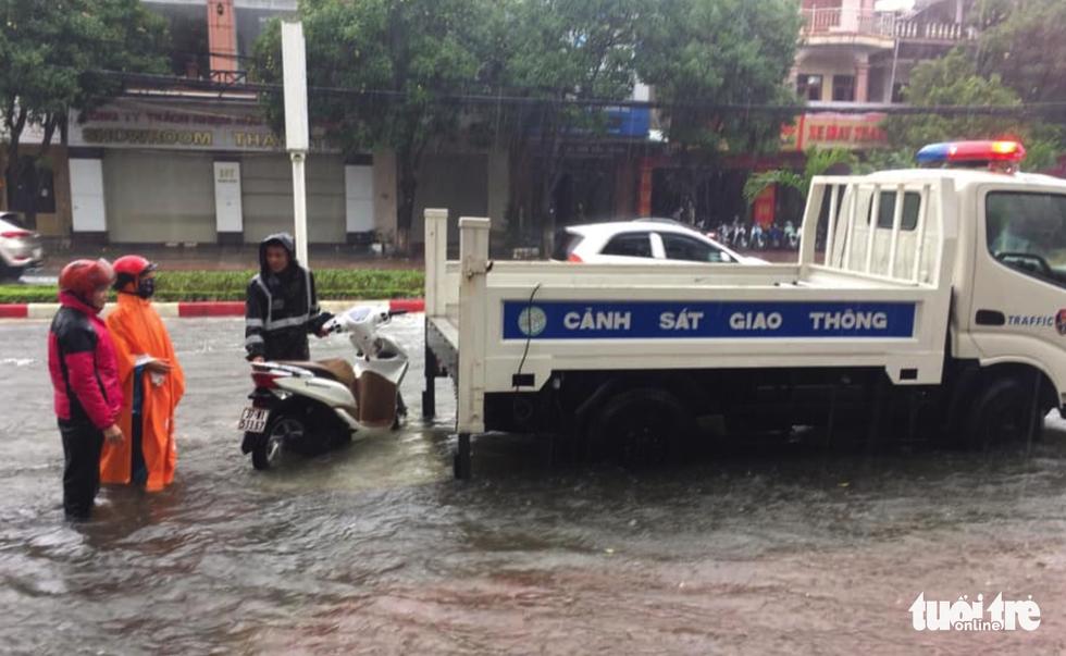 Hồ thủy lợi, thủy điện đồng loạt xả tràn, dân Hà Tĩnh chạy lụt - Ảnh 8.