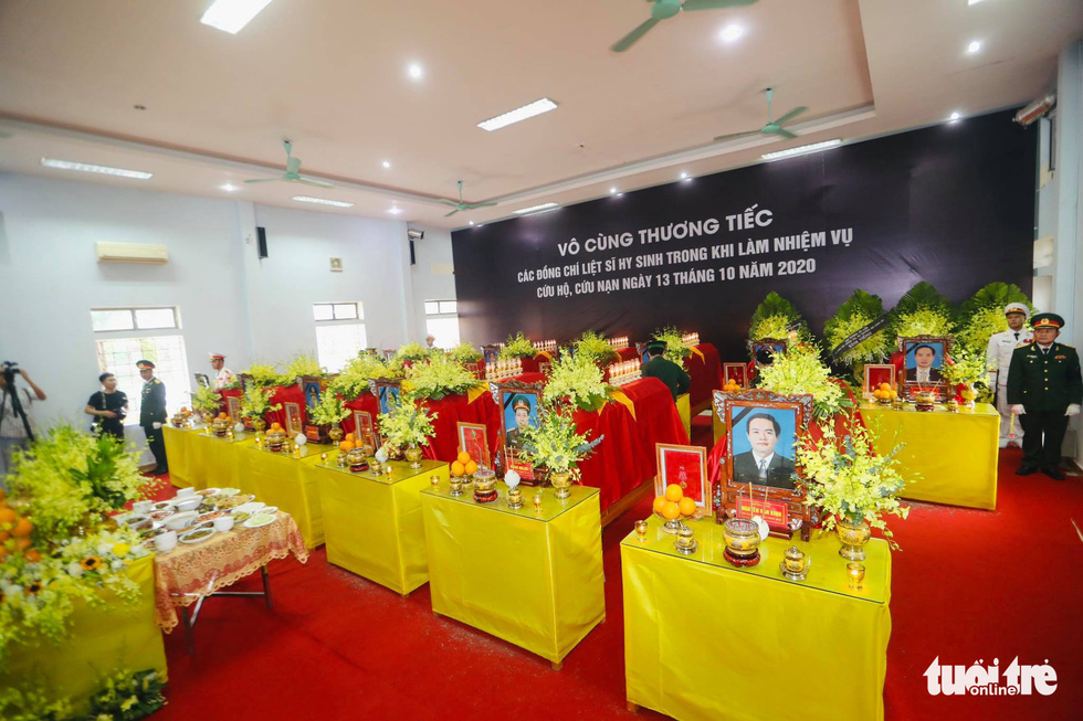 Hàng ngàn người vĩnh biệt, đưa linh cữu 13 chiến sĩ, cán bộ về quê nhà - Ảnh 1.