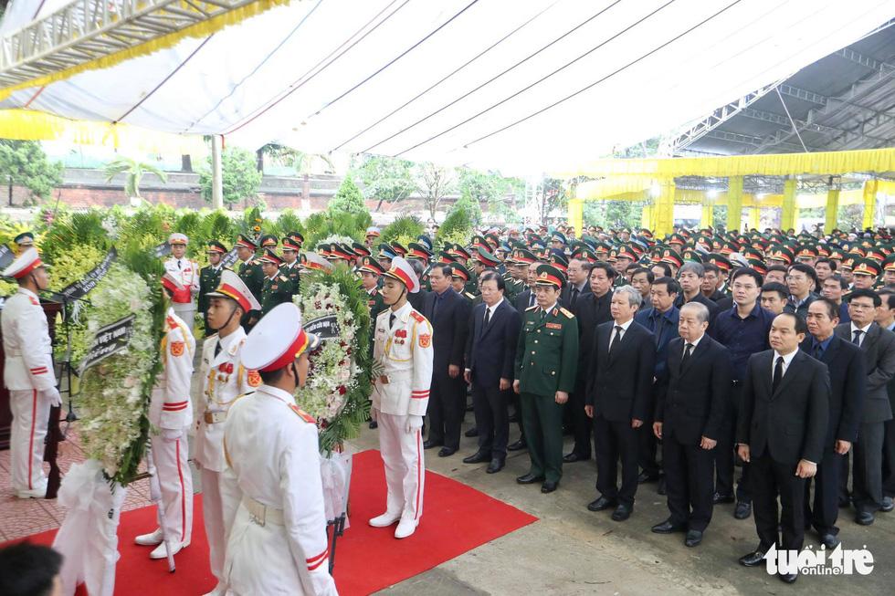 Hàng ngàn người vĩnh biệt, đưa linh cữu 13 chiến sĩ, cán bộ về quê nhà - Ảnh 18.