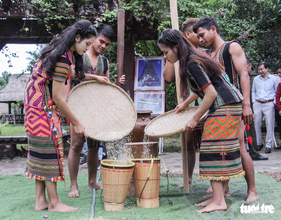 Độc đáo lễ cầu mưa và lễ dâng y Kathina tại làng Văn hóa - Du lịch các dân tộc Việt Nam - Ảnh 5.