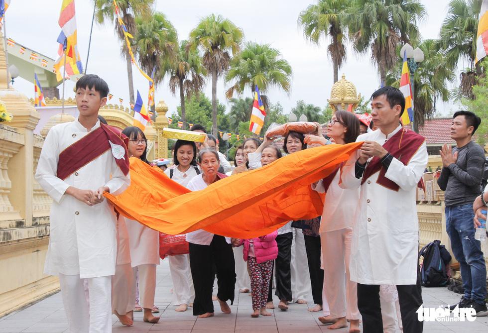 Độc đáo lễ cầu mưa và lễ dâng y Kathina tại làng Văn hóa - Du lịch các dân tộc Việt Nam - Ảnh 2.