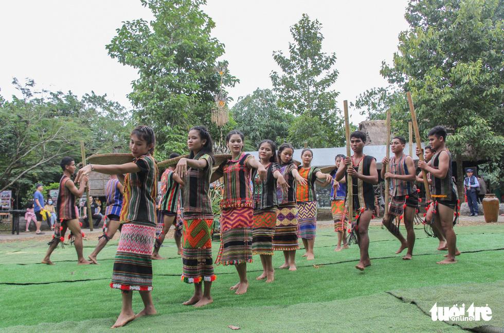 Độc đáo lễ cầu mưa và lễ dâng y Kathina tại làng Văn hóa - Du lịch các dân tộc Việt Nam - Ảnh 9.