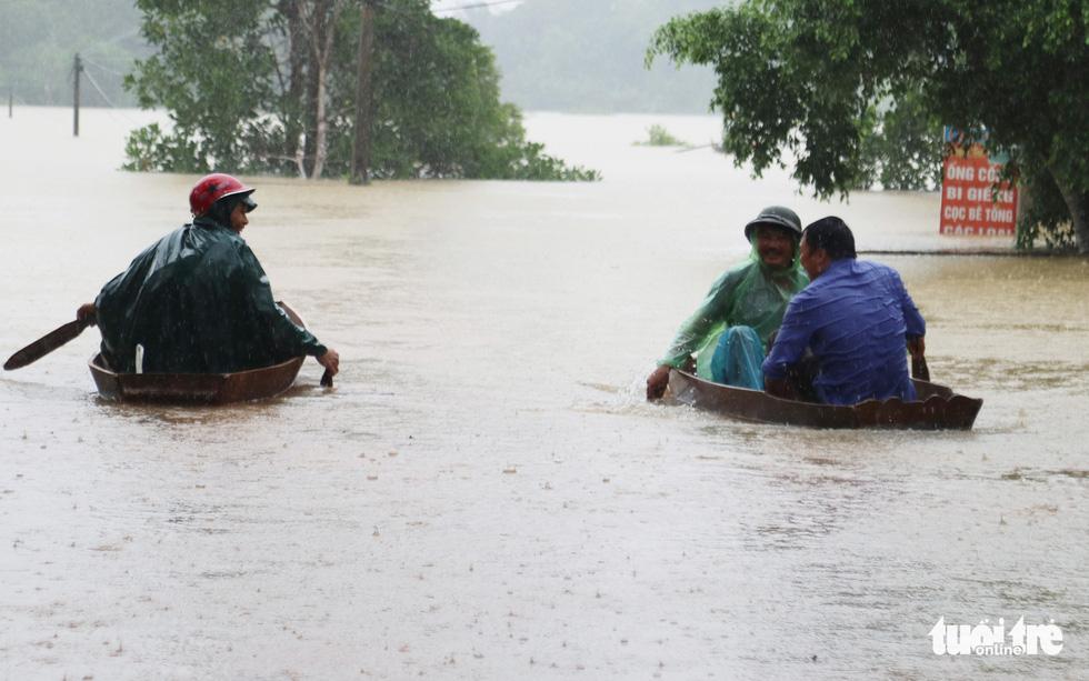 Hồ thủy lợi, thủy điện đồng loạt xả tràn, dân Hà Tĩnh chạy lụt - Ảnh 10.