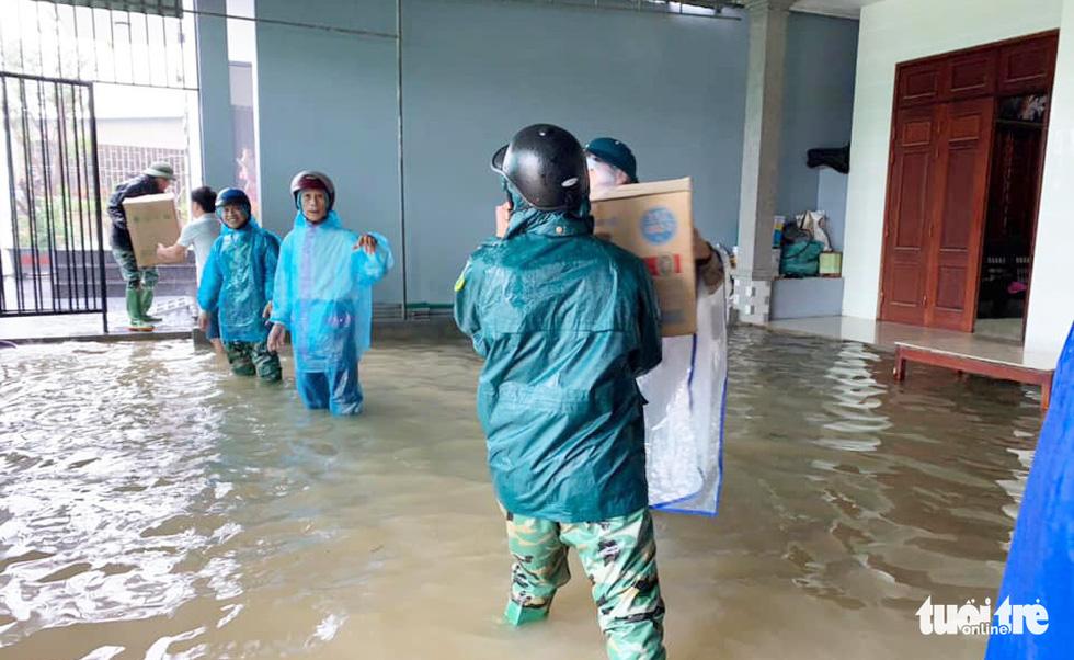 Hồ thủy lợi, thủy điện đồng loạt xả tràn, dân Hà Tĩnh chạy lụt - Ảnh 5.