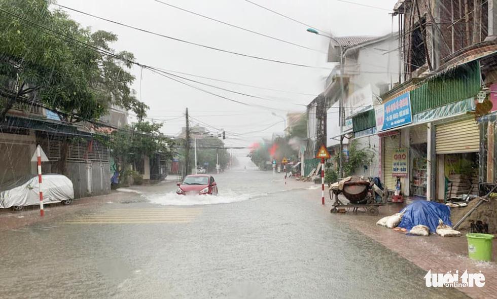 Hồ thủy lợi, thủy điện đồng loạt xả tràn, dân Hà Tĩnh chạy lụt - Ảnh 7.