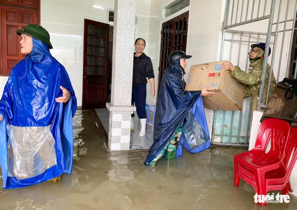 Hồ thủy lợi, thủy điện đồng loạt xả tràn, dân Hà Tĩnh chạy lụt - Ảnh 6.