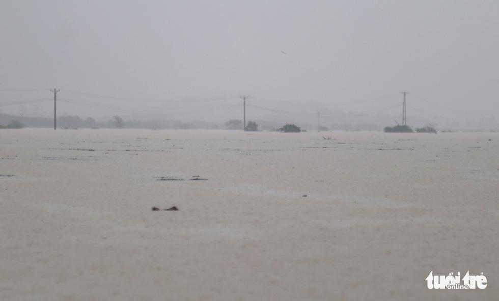 Hồ thủy lợi, thủy điện đồng loạt xả tràn, dân Hà Tĩnh chạy lụt - Ảnh 2.