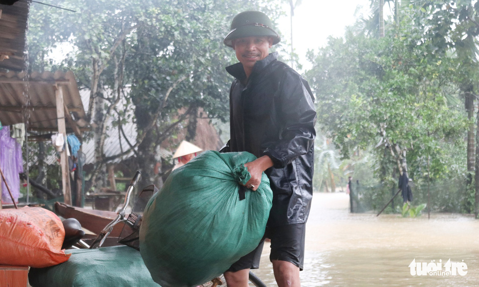 Hồ thủy lợi, thủy điện đồng loạt xả tràn, dân Hà Tĩnh chạy lụt - Ảnh 11.