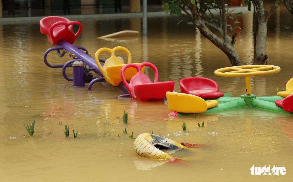 Hồ thủy lợi, thủy điện đồng loạt xả tràn, dân Hà Tĩnh chạy lụt - Ảnh 12.