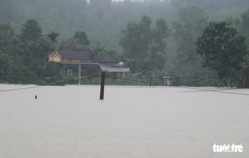 Hồ thủy lợi, thủy điện đồng loạt xả tràn, dân Hà Tĩnh chạy lụt - Ảnh 9.