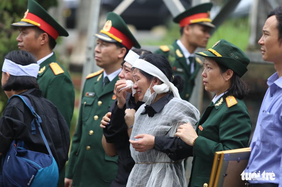 Hàng ngàn người vĩnh biệt, đưa linh cữu 13 chiến sĩ, cán bộ về quê nhà - Ảnh 4.