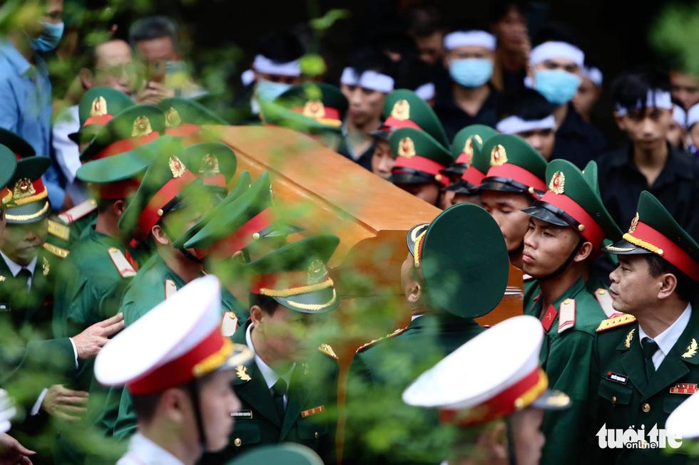 Hàng ngàn người vĩnh biệt, đưa linh cữu 13 chiến sĩ, cán bộ về quê nhà - Ảnh 3.